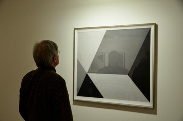 Ein Besucher betrachtet ein Werk von Jan Paul Evers im Museum Villa Stuck in München