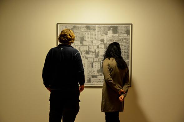 Besucher betrachten ein Werk von Jan Paul Evers im Museum Villa Stuck in München